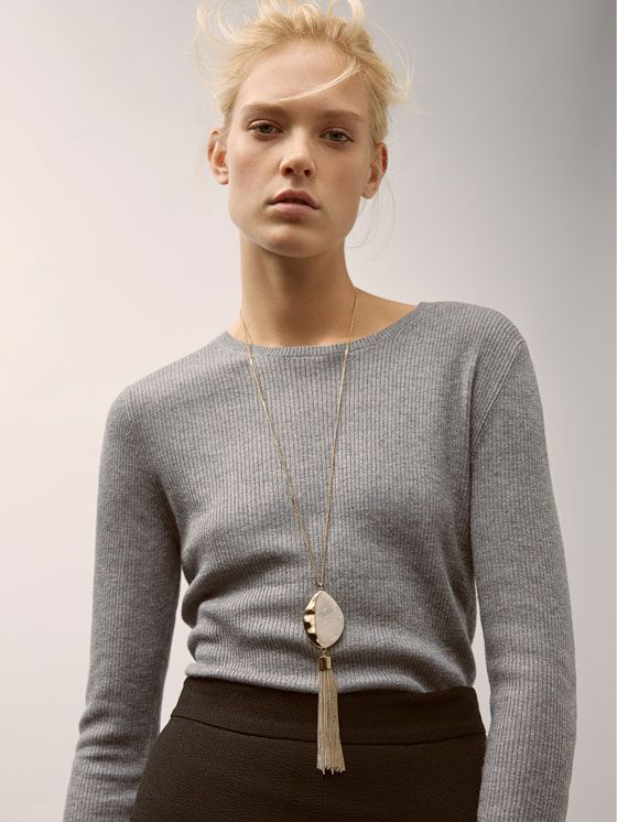 Accesorios de mujer de AW 17 de Massimo Dutti, un must para su vestidor. Encuentre en esta colección bisutería, fulares, colgantes, cinturones y gafas de sol.