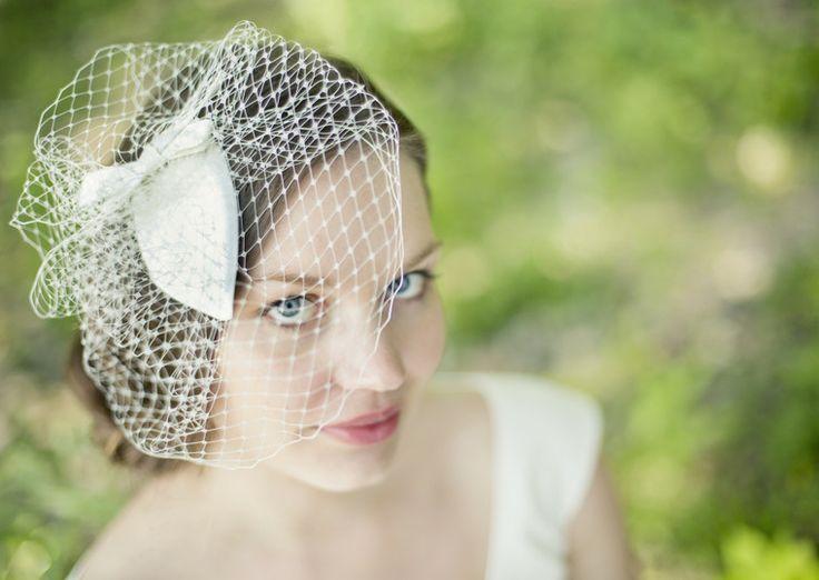 headpiece ivory mit schleife, mini- pillbox und hutschleier in elfenbein (Foto: Hanna Witte) (http://www.noni-mode.de)