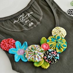 quick and easy eye-catching DIY-project for your summer clothingDiy Tank, Crochet Flower, Fabrics Flower, Tank Tops, Diy Gift, Tanks Tops, Diy Clothing, Diy Shirts, Diy Projects