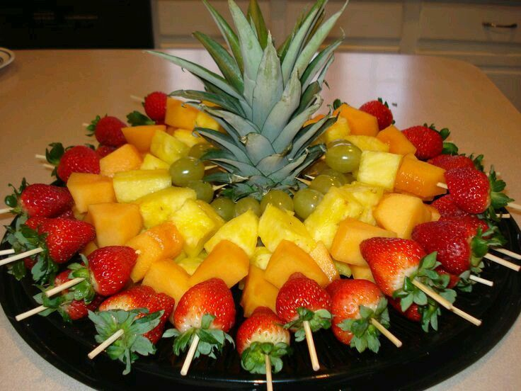 Utiliza piñas de diferentes maneras para servir frutas en un bufete o mesa de postres. Utilizalas como bases para colocar bocadillos o broc...  Pinterest | https://pinterest.com/elcocinillas/