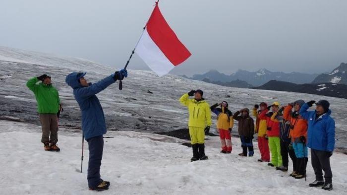 HUT ke 71 RI - Usia Lebih dari 50, Pendaki Ini Nekad Kibarkan Merah Putih di Puncak Tertinggi Eropa