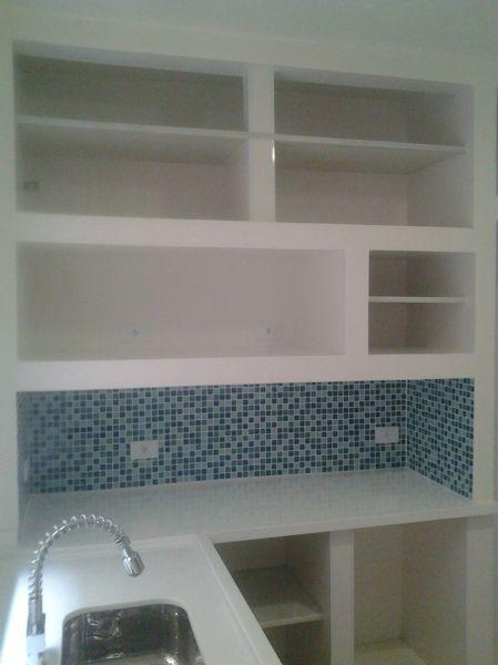 Fotografia de Armario em alvenaria com pastilha de vidro por Dr. Casa Nova #385899. Cozinha toda reformada com armário e pia em alvenaria com prateleiras em marmore.