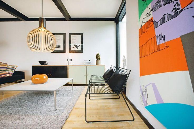 Et arkitekttegnet hus fra 1960 er ført tilbage til rødderne af et ungt par, der bor med et miks af klassikere og opfindsomme ideer.