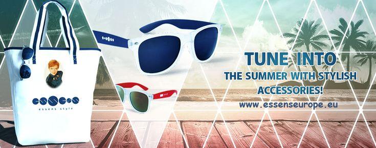 Vyrazte k vodě  s Plážovou taškou SUMMER. Pevná taška v trendovém námořnickém stylu je vhodná na pláž i na nákupy, nosit ji můžete jak v ruce tak zavěšenou na rameni.   Buďte IN se Slunečními zrcadlovými brýlemi ESSENS Moderní lehoučké sluneční brýle s UV filtrem 400, matným povrchem, transparentním rámečkem a barevně odpovídajícími metalickými čočkami k nožkám.   Více zde: http://www.essens-czech.cz/news/essens-stylove-doplnky/
