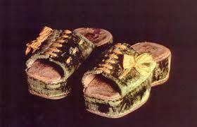 CHAPIN. Chanclo de corcho forrado de cordobán que usaban las mujeres para parecer más altas. Zapatos de suela y tacón de corcho de origen veneciano.