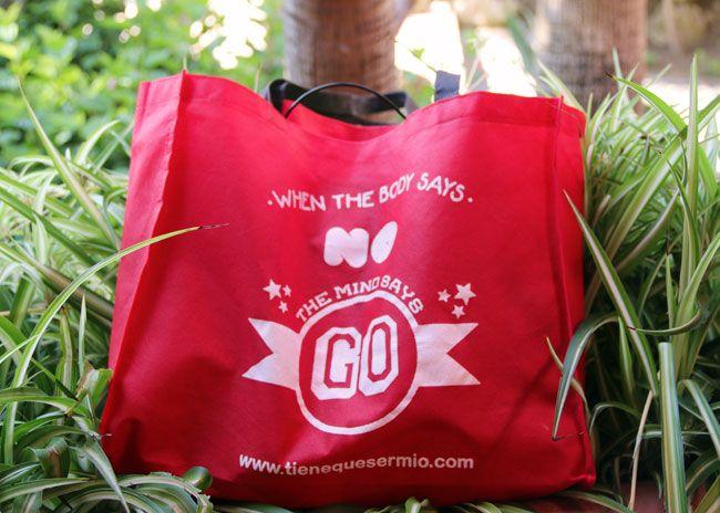Bolsa de tela ecológica roja. En su entorno natural. http://www.tienequesermio.com/caterogia.php?cat=59