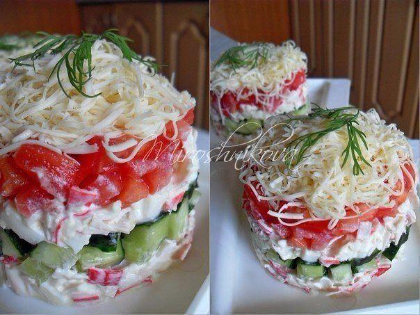 Подборка 10-ти салатов с помидорами.  1. Безумный салат.  Ингредиенты на 2 порционных салата:  ●Крабовые палочки-200 гр. ●Яйцо вареное-2 шт. ●Свежий огурец небольшой-2 шт. ●Помидоры средние-2 шт. ●Сыр-60 гр. ●Майонез-3 ст.ложки  Приготовление:  Огурцы и помидоры нарезать небольшими кубками. Сыр натереть на мелкой терке. Яйца измельчить,крабовые палочки нарезать кубиками,добавить майонез,перемешать. Выложить слоями: 1-крабовые палочки с яйцом 2-огурцы 3-крабовые палочки с яйцом 4-помидоры…