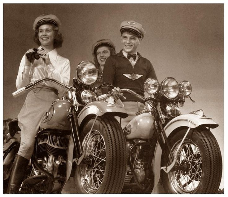 Harley-Davidson EL 61 ci Knucklehead Big Twin (right) & 45 c.i. W Flathead model (left), 1940. http://www.harley-davidson.com/content/h-d/en_IN/home.html http://www.cyclepedia.com/online-manuals/harley-davidson-online-repair-manuals/official-1940-1947-harley-davidson-big-twins-service-manual/