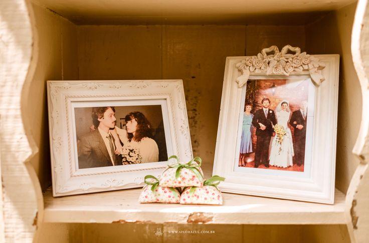 Por isso que dizemos que nossas decorações são cheias de afeto e amor. Em cada canto tem uma foto de família, um objeto de significado especial para o casal. Dessa forma damos vida própria e uma personalidade diferentes na decor de cada casamento.