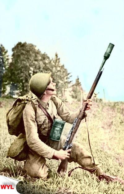 żołnierz piechoty wystrzeliwujacy granat z karabinu Lebel