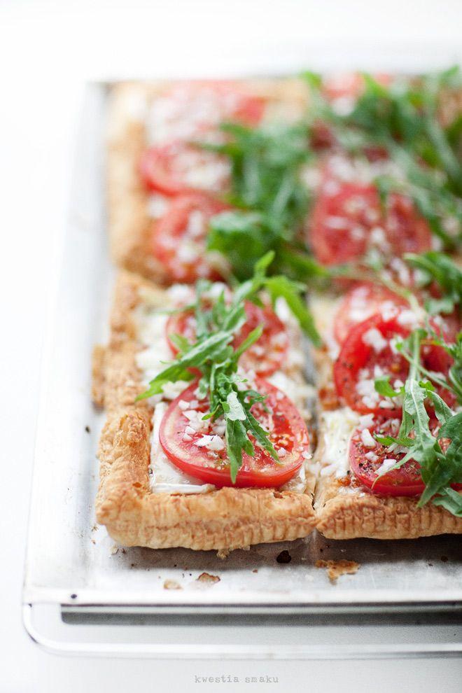 tomato, mozzarella and arugula tart: Desserts Recipes, Food Style, Arugula Tarts, Fingers Food, French Tarts, Food Photography, Tomatoes, Drinks, Tomato Mozzarella