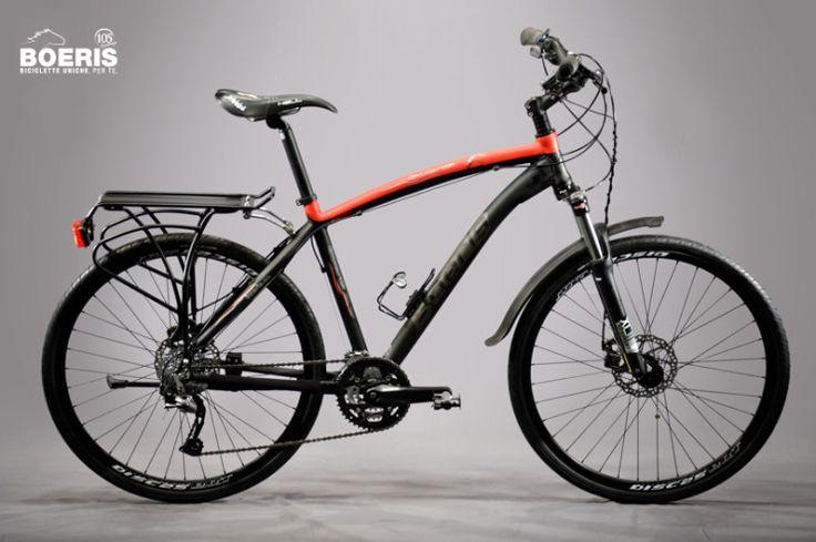 Apprezzare al meglio la natura che ti circonda, grazie alla forcella ammortizzata e ai copertoni 700x42 vai dove vuoi. Biciclette Trekking Boeris.