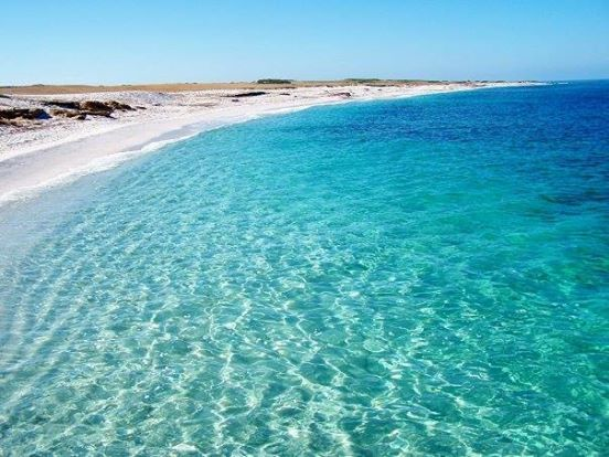 """SPIAGGIA DI IS ARUTAS """"La particolare spiaggia di Is Arutas, che si estende per varie centinaia di metri, deve la sua peculiarità alla sabbia, composta da piccoli granelli di quarzo tondeggianti, con sfumature di colori che si alternano tra il rosa, il verde chiaro e il bianco."""""""