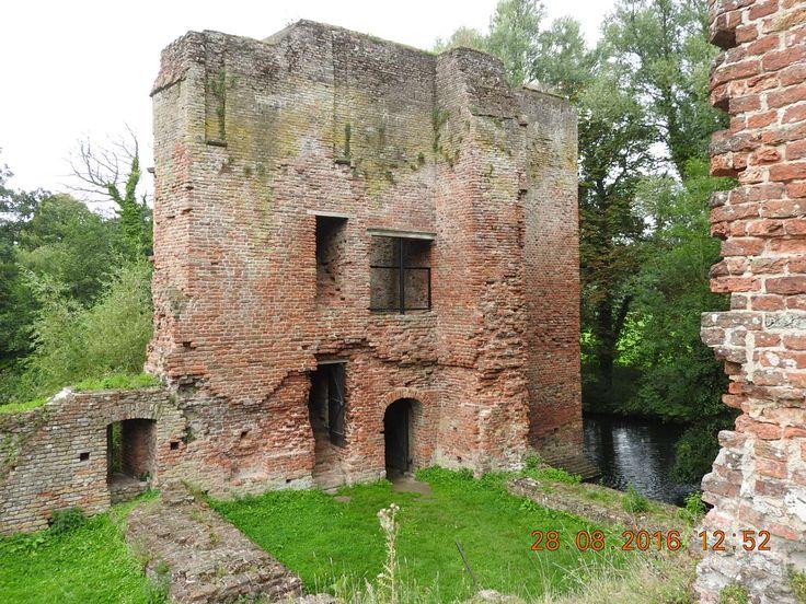 Ruïne kasteel van Brederode. Met de trap naar boven kan je wel de eerste verdieping bereiken. Er staat wel een hekje voor dat gat.