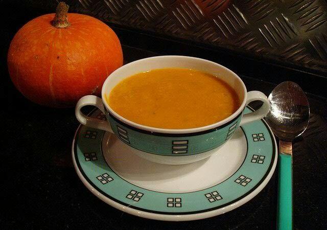 Sütőtökkrém leves. 1 sütőtök, 4 dl főzőtejszín, 1 1/2 l víz, 2 húsleveskocka, 1 gerezd fokhagyma, só, bors, szerecsendió, kevés vaj, kevés olívaolaj.