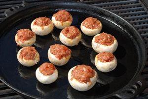 De champignons met de grillplaat op de BBQ, indirect grillen