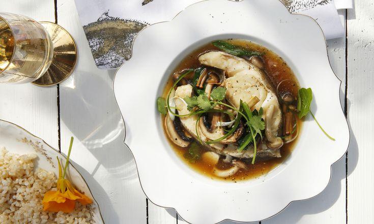 Kabeljauw is lekker, veelzijdig en idioot gezond. Dit gerecht met kabeljauw en paddenstoelen is lekker licht en fris. Eet het zo of serveer er rijst bij voor een vullend hoofdgerecht. Nodig voor Oosterse kabeljauw 1 el sesamolie 1 el verse gember, geschild en fijngehakt 250 g bospaddenstoelen, in grove stukken gescheurd 3 teentjes knoflook, in�