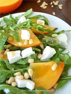 Салат из рукколы с козьим сыром и хурмой.
