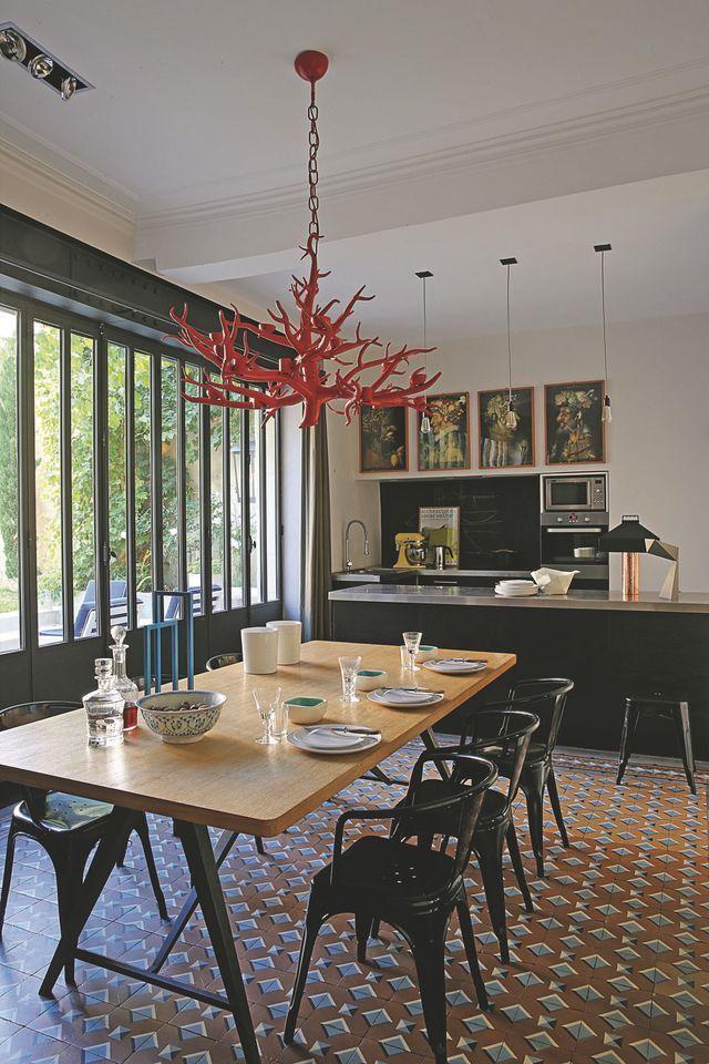 Dans la salle à manger de cette maison de famille, la verrière d'atelier apporte le maximum de lumière ! Plus de photos sur Côté Maison : http://bit.ly/1HuV2Ej