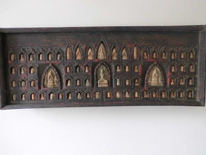 Bois prière planche du Tibet dans le milieu du 20e siècle. compte tenu de l'âge en très bon état, le bois est dans le coin en bas à gauche va écarter quelque peu, certainement pas inquiétante, l'objet est tout simplement magnifique. le conseil d'administration de la prière est équipé de pas moins de 66 tablettes d'argile de différentes apparences des Bouddhas. très finement détaillées, schémas et découpes sont fournis dans l'étagère. les dimensions de la carte sont environ 100 cm de long…
