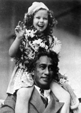 shirleytemple.com The most comfortable shoulders in history: those of Duke P. Kahanamoku, Hawaii, 1935. (Author's private collection)
