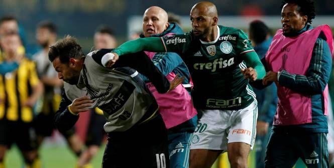 Foot - Libertadores - Violente bagarre entre Penarol et Palmeiras en Copa Libertadores                                                                                                                                                        http://www.lequipe.fr/Football/Actualites/Violente-bagarre-entre-penarol-et-palmeiras-en-copa-libertadores/796586#xtor=RSS-1