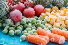 Ao contrário do que muita gente acredita, congelar os alimentos não faz com que percam suas propriedades nutritivas. O impacto sobre a perda de valor nutricional é mínimo. Nas carnes, aves e peixes, o congelamento praticamente não afeta o conteúdo das proteínas. Sim, existem alimentos que não devem ser congelados por perderem a textura, a firmeza e suas propriedades sensoriais, gustativas e palatáveis. São eles: tomate, batata, pepino, rabanete, salsão, verduras de folha (rúcula, agrião…