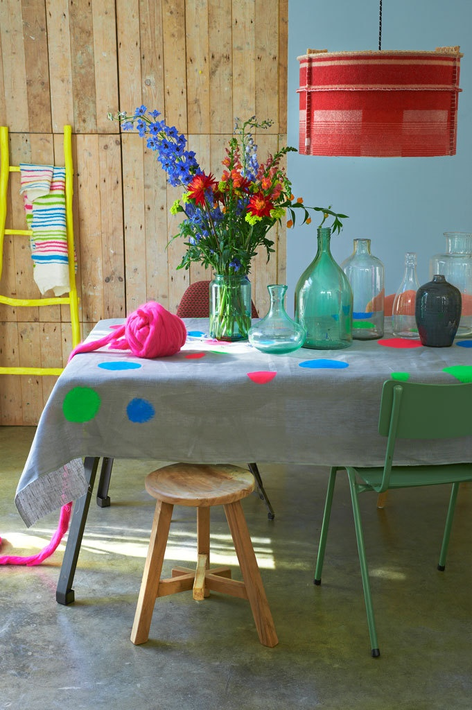 I love the neon dots on the neutral table cloth. This would be very easy to DIY. I also like that drum shade. Fijne sfeer