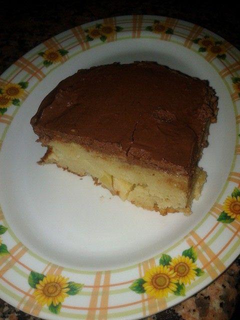 Torta di mele ricoperta di crema al cioccolato