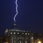 Insólito: Cae rayo en la cúpula de San Pedro el mismo día que el Papa dimite   Fotos