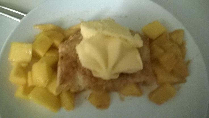 Mango met kaneel en een beetje bruine suiker in bladerdeeg. 20 minuten op 200 graden in de oven. Serveren met stukjes mango en mangoijs. Heeeerlijk!