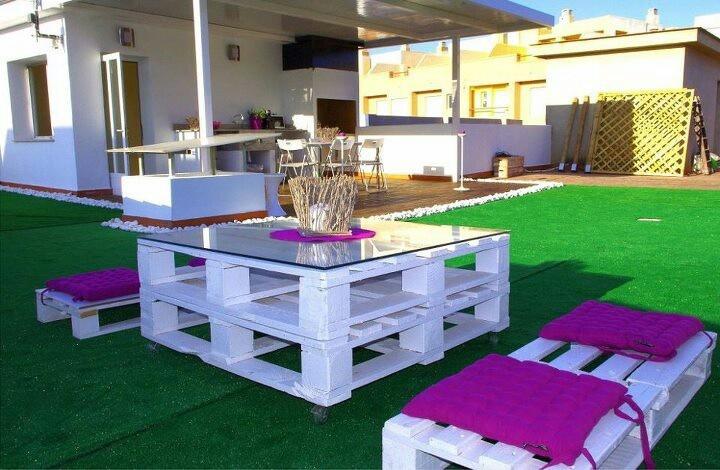 Palet blanco y cojines morados como muebles de jardin - Muebles de jardin con palets ...