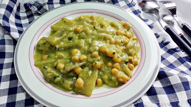 Recetas con cardo y garbanzos en salsa verde. Otra receta perfecta para el invierno, saludable y apetecible. Súmala a tu colección de platos calientes.