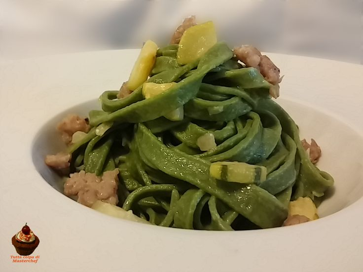 Oggi vi proponiamo un primo piatto semplice ma di effetto: le tagliatelle verdi con zucchine e salsiccia!Adatte anche per il pranzo delle feste
