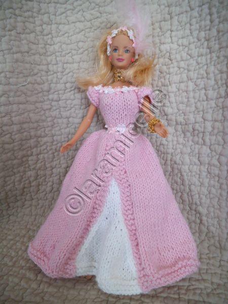 transportons Barbie dans le temps pour lui offrir une robe spéciale que j'ai appelée Corinne matériel 2 laines à tricoter avec du 3,5 15 cm de ruban de 0,5cm de large 60 cm de ruban rococo 1 plume (pour la coiffe) aig 3,5 points: mousse :toujours à l'endroit...