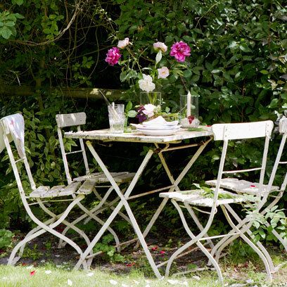 White table and chairs: Small Garden