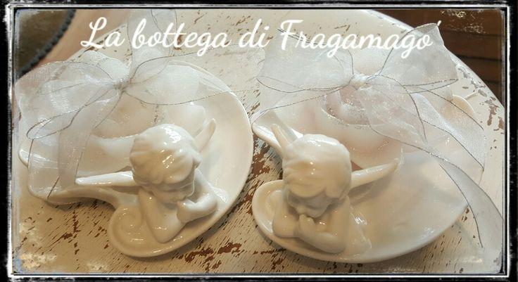Ceramica bianca e candelina a forma di fiore.