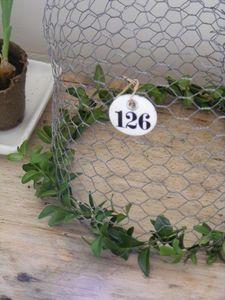Stolp van gaas met kerstgroen en mooi label