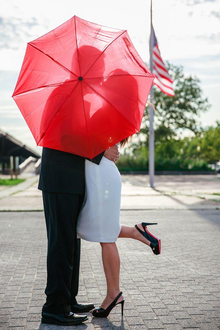 фотографии с красным зонтиком