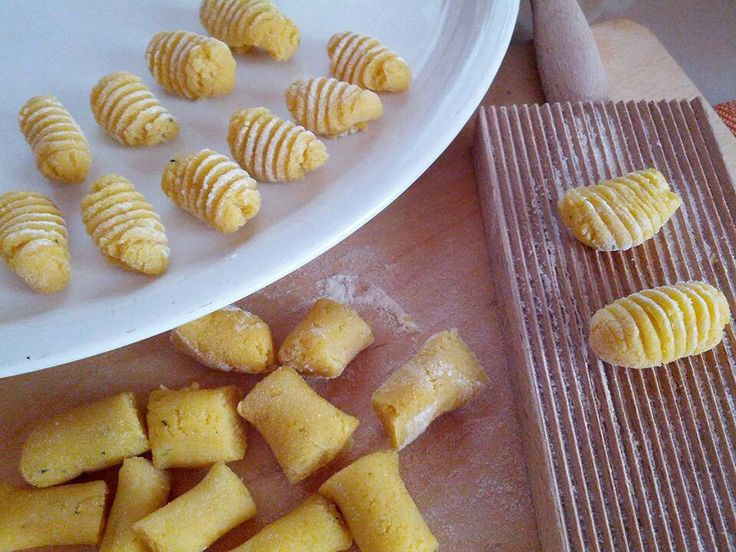 Gnocchi di farina di ceci e pesto, poi conditi con pomodorini freschi....300 acqua, 300 farina ceci, pesto, sale.