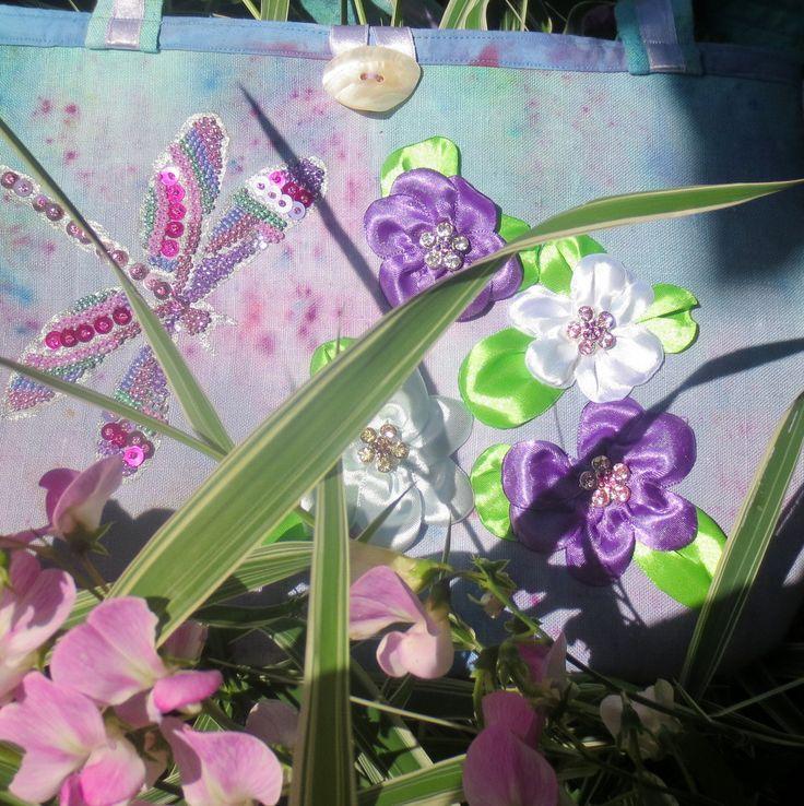 Vážka+nad+květy...menší+Nepřehlédnutelná+veselá,+lehce+extravagantní+kabelka+na+drobnosti+na+letní+dny,+procházky+po+pláži,+nebo+jen+tak+pro+radost...+Ušita+je+ze+lnu+s+bavlněnou+podšívkou.+Látka+nejdřív+batikovaná+v+mých+oblíbených+barvách+moře,+tentokrát+s+akcentem+fialové+-+taktéž+i+podšívka.+Na+zadním+dílu+je+velká+kapsa,+taktéž+malá+kapsička+uvnitř+...
