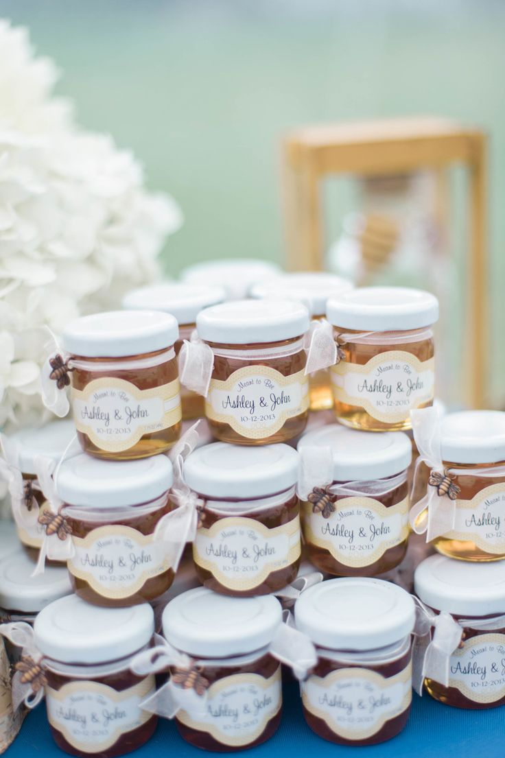 Honey wedding favors | Photography: Emily Steffen Photography - emilysteffen.com | Intimate Autumn Wedding With Rustic Details #autumnwedding #yellowwedding