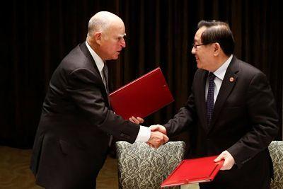 California desafía a Trump y firma acuerdos con China    protección ambiental,