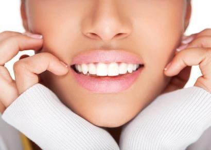 L' Ortodonzia Invisibile rappresenta un approccio innovativo all'Ortodonzia.l'Ortodonzia Invisibile senza attacchi utilizza sottili fili metallici applicati sulle superfici interne degli elementi dentari.