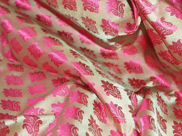 Ce est une belle benarse brocart de soie floral tissu design pur en deux tons magenta et le vert. Le tissu illustrent petite Magenta tissés motifs floraux sur fond prismatique.  Vous pouvez...