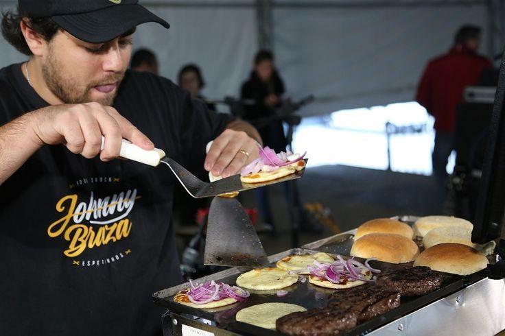 Neste final de semana, no sábado (10) e no domingo (11), foi realizada na cidade de Curitiba a segunda edição da Batalha CWBurguer Fest, evento que promoveu um duelo saboroso entre 10 hamburguerias e 10 food trucks para escolher o melhor hambúrguer da capital paranaense. Foram quase 30...