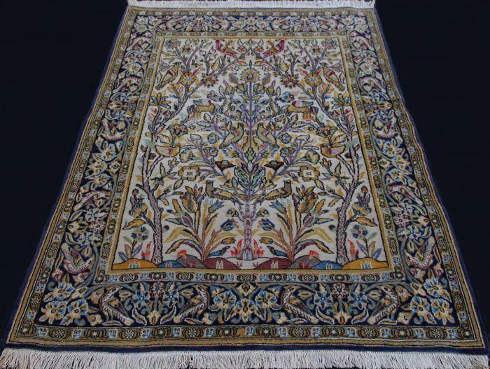 Bijzondere en elegante tapijt van Qom (Ghoum) Iran. Kork wol en natuurzijde. Figuratieve ontwerp. Ca. 143 x 106 cm. antieke. Eerste helft van de 20 ste eeuw met certificaat van privé-collectie.  Iraanse meesterwerk. Luxe tapijt. Meesterwerk van Qom (Ghoum) van hoge artistieke waarde symbolisch beeltenis van de tweeledige vlam. Ontwerp is geïnspireerd door de oude mythologie die toont de spiegel van de ziel waarin de behoeften verlangens dromen en diepste schaduwen van de ziel van elk levend…