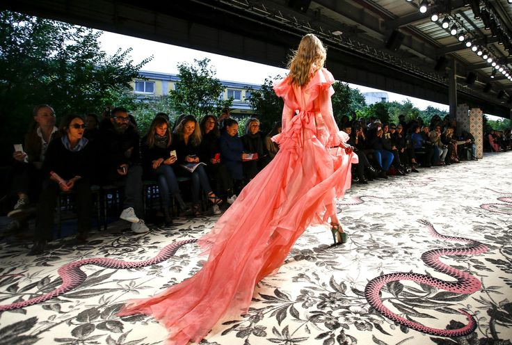 Gucci | Spring Summer 2016 by Alessandro Michele| Full Fashion Show in High Definition. (Widescreen - Exclusive Video - MFW - Milan Fashion Week)