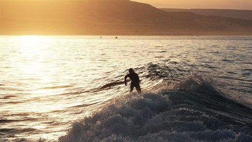 Surfing the waves in the sunset - Surf camp in Morocco - Surf camp i Marokko #kilroy #travel #surfing #surfing #ocean #sunset