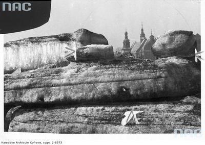 Kry na brzegu Wisły. W tle widoczny fragment kościoła sióstr norbertanek. Luty 1941